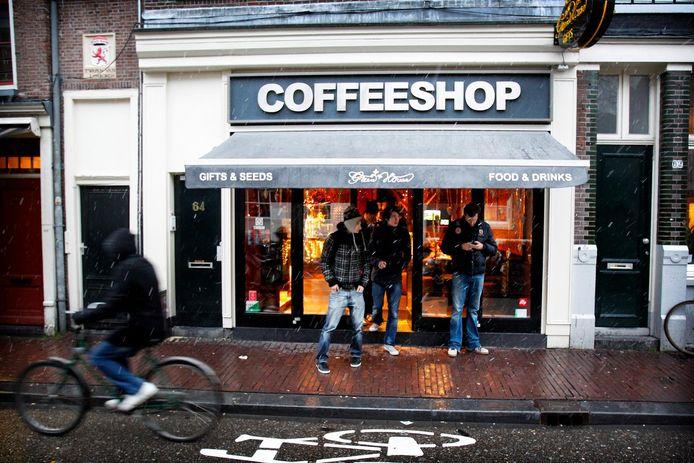 Veel gemeenten gedogen buitenlanders in de coffeeshop omdat ze vrezen dat die anders uitwijken naar straatdealers.