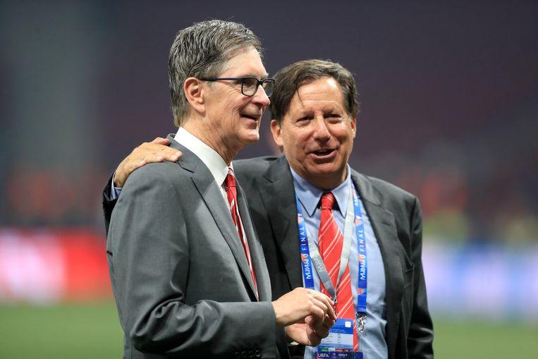 """Liverpool-eigenaar John W. Henry (hier omhelsd door voorzitter Tom Werner): """"Ik wil me verontschuldigen tegen alle fans."""