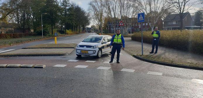De weg bij station Hengelo-Oost is afgesloten