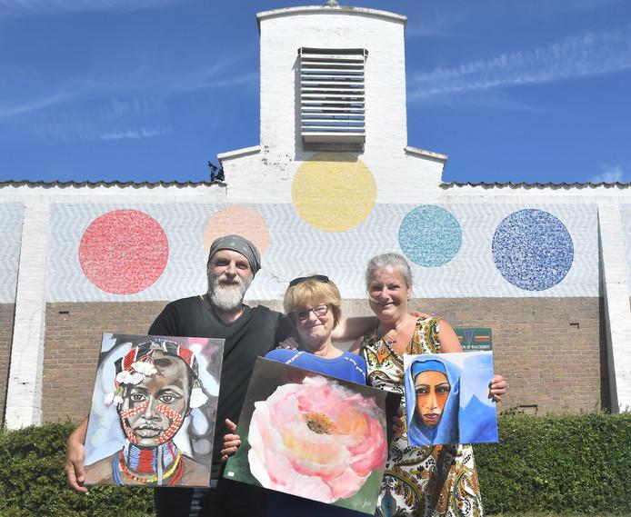 Bert, Joke en Marianne Dorrestijn (vlnr) ieder met een eigen werk vóór hun expositieruimte, de toeristenkerk van Dishoek.
