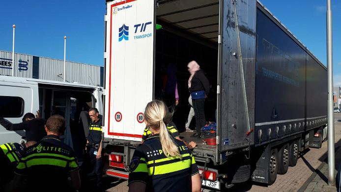 De zes vrouwen en zeven mannen werden opgemerkt toen de vrachtwagenchauffeur zijn lading wilde lossen.