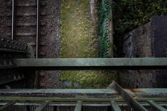 Op de gronden - van soms maar dertig centimeter breed - moesten bijvoorbeeld spoorbruggen, overgangen of hekken tegen zelfmoord worden geplaatst.