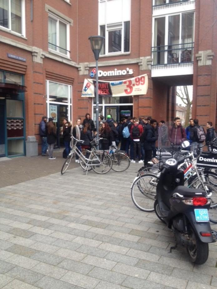 Scholieren gaan in hun pauze naar de Domino's om een pizza te kopen.