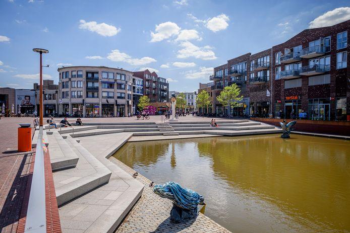 De nieuwe havenkom, met ijsvogel, waarbij op de achtergrond het appartementencomplex te zien is, dat in de volksmond Trommel wordt genoemd.