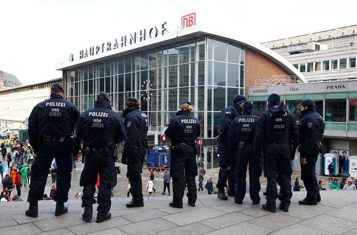 Politie vorige week tijdens de carnavalsviering bij het hoofdstation van Keulen, waar tijdens de nieuwjaarsnacht honderden diefstallen en aanrandingen werden gepleegd.