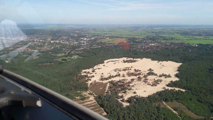 Zicht op de polders van Soest met op de voorgrond de Lange Duinen, gezien vanuit een zweefvliegtuig.