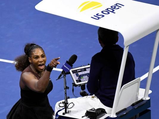 De woedende Serena Williams laat umpire Carlos Ramos weten dat hij ernaast zit tijdens de finale van US Open in september van het vorig jaar tegen Naomi Osaka.