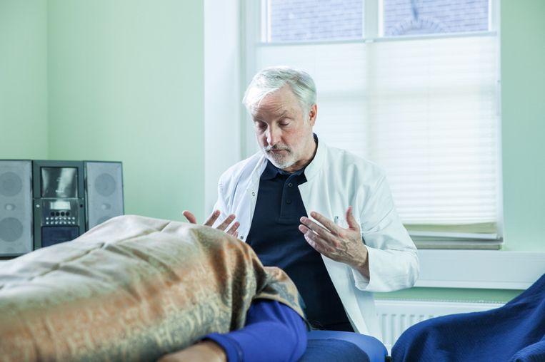Natuurarts Klaus Ross in de behandelkamer van zijn kliniek. Beeld