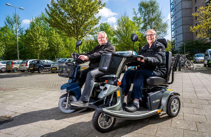 Rob Noijons en Maria Rijneveld-Westerbaan letten altijd op hun scootmobiel, maar vinden het fijn dat ook iemand  anders meekijkt.