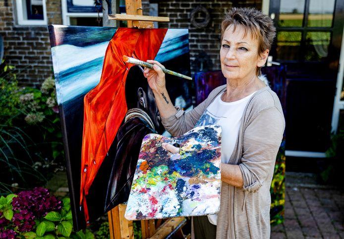 Kunstenares Marianne Blok aan het werk.