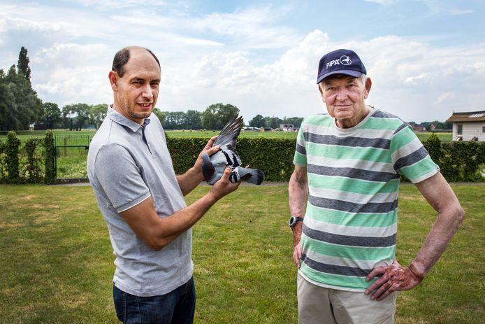 Duivenmelker Kurt Van de Wouwer (links) met zijn allerduurste duif en zijn vader Gaston (rechts).