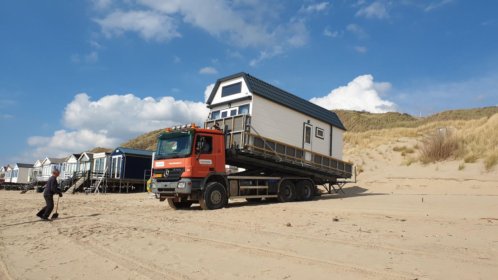 Een jaar geleden was er geen vuiltje aan de lucht voor de familie Oostrom uit Breda. Hun vakantiehuisje kon toen gewoon geplaatst worden op het strand bij Dishoek. Vanwege de coronacrisis is dat nu niet mogelijk.