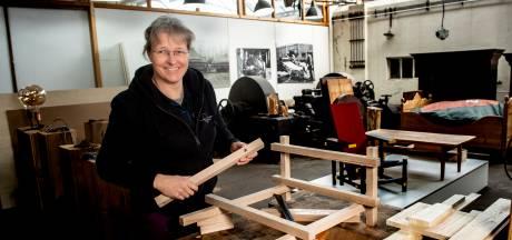 Régine stond aan de wieg van de Giro in Gelderland, nu maakt ze in Klarenbeek houten harten voor uitvaarten