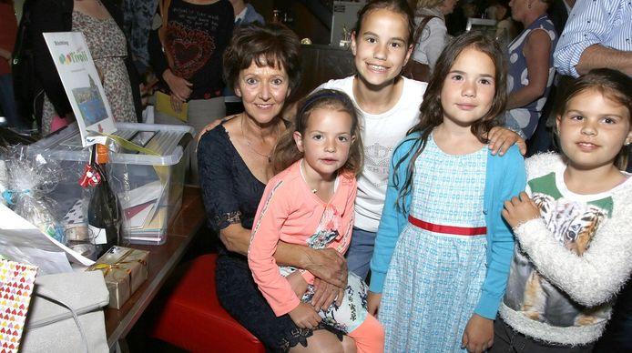 Kinderen van alle jaargangen kwamen juf Annelies Geene (links) feliciteren, enkele van hen zitten nog op de opvang.