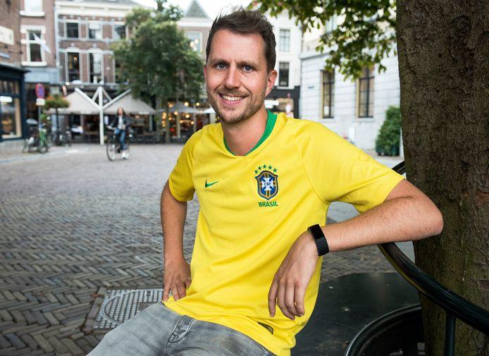Nigel Pluk is voetbaltrainer van de jeugd van Kampong en vertrekt naar Brazilië.