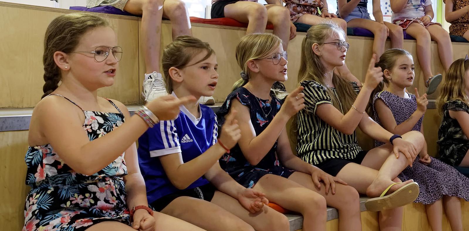 Jente Kerkhof (links) kan eindelijk weer samen zingen met No Kidding in Schijndel.