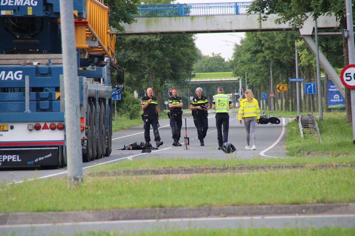 Politie en verkeersongevallendienst onderzoeken het dodelijk ongeluk aan de Zuigerplasdreef  in Lelystad.