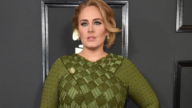 """Emotionele Adele doorbreekt mediastilte om brand Grenfell te herdenken: """"Nog steeds geen gerechtigheid voor de slachtoffers"""""""