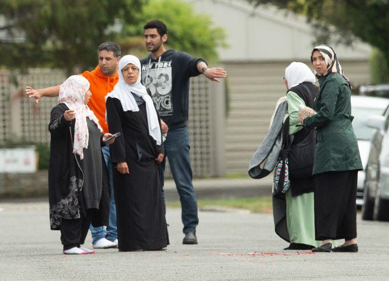 Familieleden van slachtoffers verzamelen zich buiten de Al Noor-moskee in Christchurch, waar een van de aanslagen plaatsvond. Beeld EPA