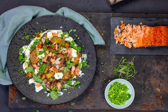 Knapperige aardappelsalade met gerookte zalm