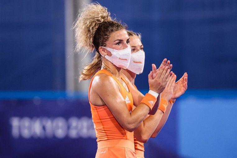 Maria Verschoor van Nederland, Van de Waard van Nederland vieren de overwinning na hun wedstrijd tegen Groot-Brittannie in het dames hockeytoernooi op de Olympische Spelen.  Beeld ANP