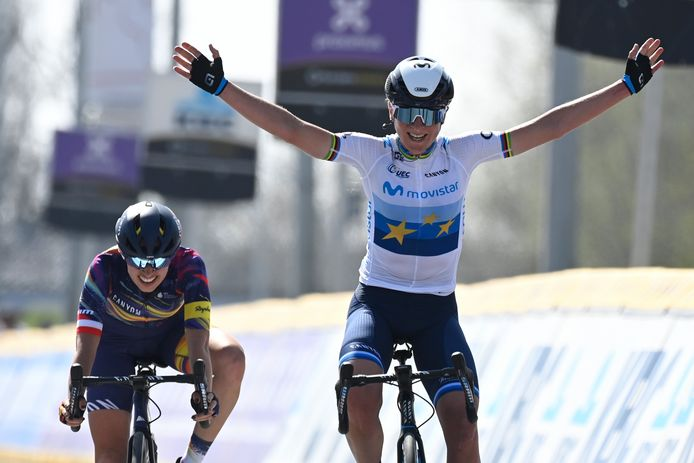 Annemiek van Vleuten komt in Dwars door Vlaanderen als eerste over de finish en boekt zo haar eerste overwinning in het shirt van Movistar.
