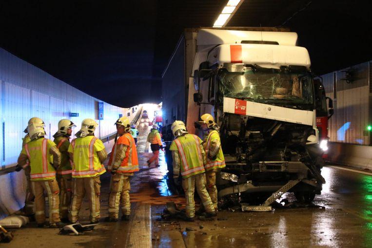 Het kwam gisteren nog maar eens tot een zware aanrijding tussen enkele vrachtwagens in de Beverentunnel.