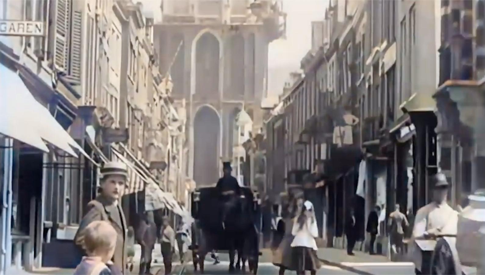 De Zadelstraat in de richting van de Servetstraat en Domtoren, die ook in 1917 in de steigers stond.