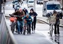 Fietsen op de Erasmusbrug zat er vanochtend vanwege de harde windstoten niet in.