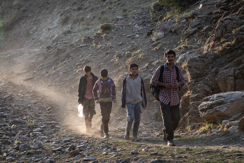 Een man en drie jongens ontvluchten Afghanistan. Door de bergen trekken ze naar Turkije. Beeld Getty Images