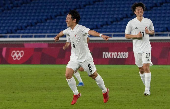 Koji Miyoshi viert zijn doelpunt op de Olympische Spelen tegen Frankrijk.