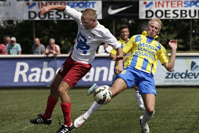 Philippe van Arnhem (rechts) is sinds deze week op stage bij Helmond Sport.