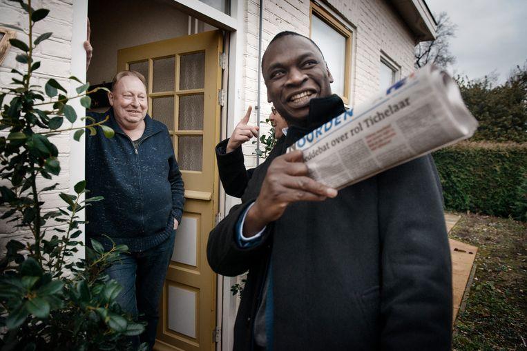 Met de Congolees-Nederlandse schrijver Alphonse Muambi naar Oranje. Beeld Eric De Mildt