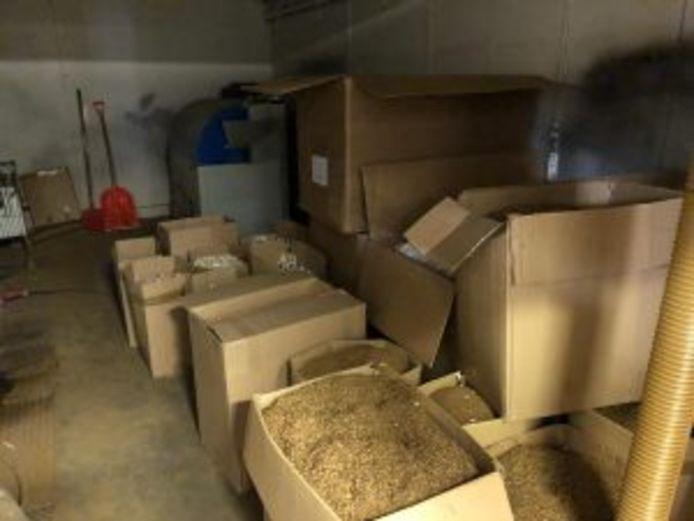 Een deel van de voorraad tabak die werd gevonden in de illegale sigarettenfabriek.