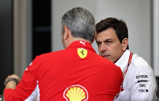 Teambazen Toto Wolff (r) en Maurizio Arrivabene  van Mercedes en Ferrari praten na de bijeenkomst van Liberty
