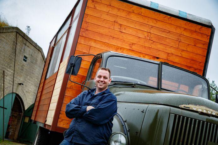 Pieter Korteweg, beheerder van Fort de Hel, met achter zich de vrachtwagen waarin hij de mobiele keuken gaat maken.
