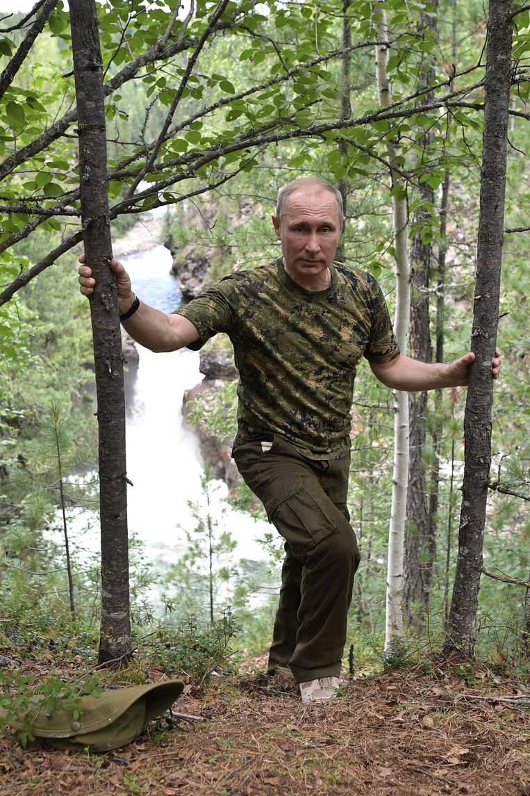 epa06125620 Russian President Vladimir Putin during a walking trip in the mountains of  the Tyva Republic in the southern Siberia, Russia, during his vacation on 01-03 August 2017, (issued 05 August 2017).  EPA/ALEXEI NIKOLSKY / SPUTNIK  / KREMLIN POOL MANDATORY CREDIT Beeld EPA