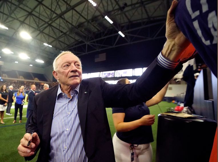 Jerry Jones, eigenaar van Dallas Cowboys: 'Iedereen mag zelf beslissen over zijn lichaam, daar geloof ik heilig in, maar niet als die beslissing nadelig uitpakt voor anderen.' Beeld AP