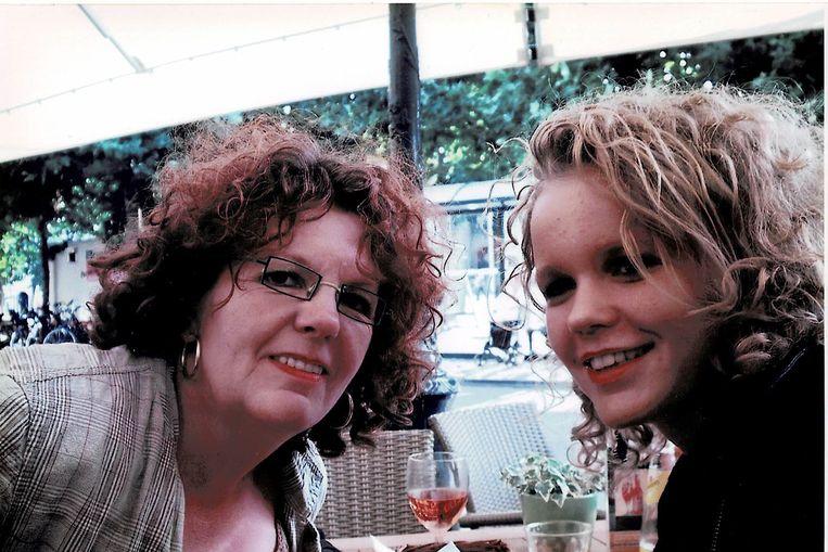 Floor Driessen met haar aan mesothelioom overleden moeder. Beeld