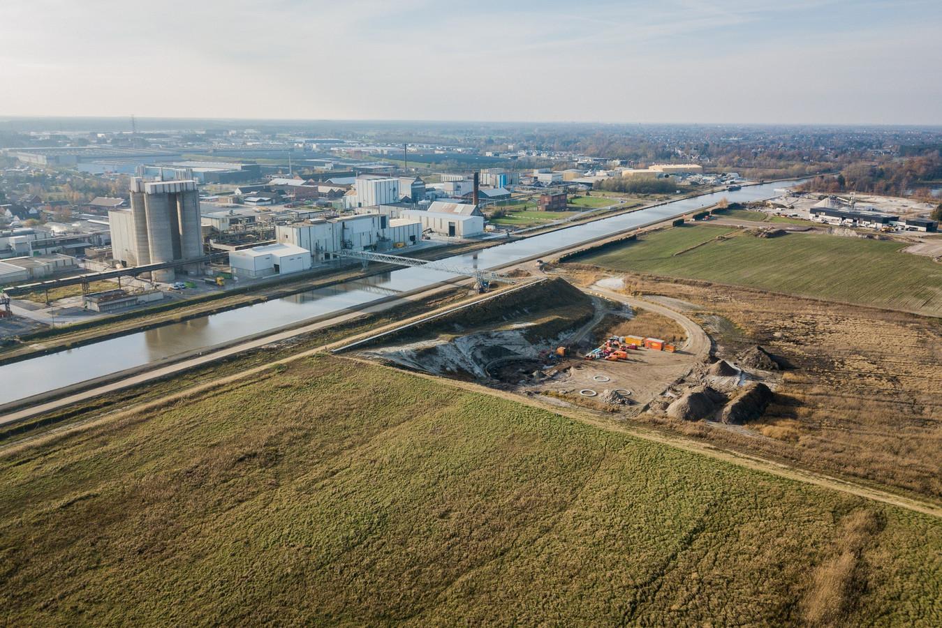 De bouw van de windturbines aan het kanaal
