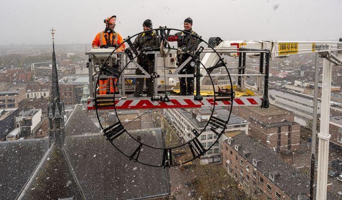De wijzerplaten van de Catharinakerk in Eindhoven zijn eraf gehaald voor een grote onderhoudsbeurt door mensen van Koninklijke Eijsbouts uit Asten. Pas in juni komen de klokken terug.