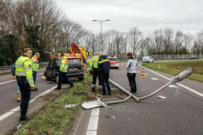 Automobilist rijdt op lichtmast op afrit A27 bij Oosterhout