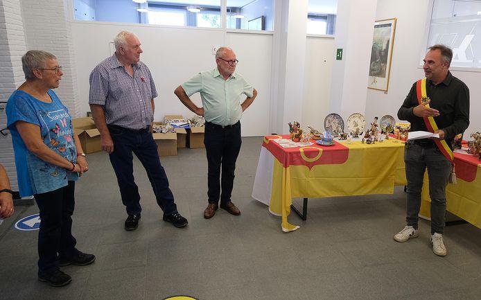We zien op de foto (vlnr) Hanneke en Hans Verheggen, Marc Debaveye en burgemeester Francis Benoit