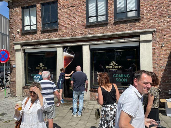 Het gratis bier in Uden vond gretig aftrek. In korte tijd waren er vier fustjes leeg.