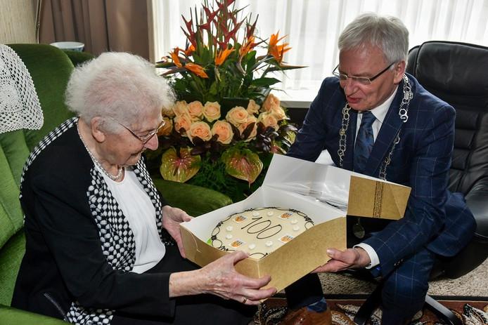 Burgemeester Wim Luijendijk feliciteert de 100-jarige Van der Linden.