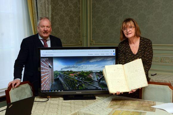 Burgemeester Van de Vijver en archivaris Carine Goossens tonen de mogelijkheden van het platform met onder meer de panoramische beelden die genomen zijn vanop de kerktoren.