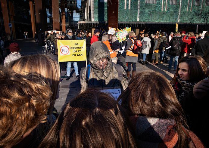 Demonstranten tegen de uitrol van 5G op het 18 Septemberplein in Eindhoven.