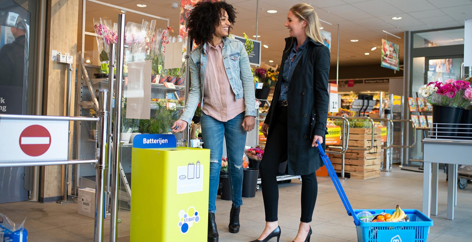 Foto van de campagne die BLU maakte voor de Stichting Batterijen (STIBA) die mensen ertoe moet brengen batterijen niet bij het huisvuil, maar in speciaal daarvoor gemaakte bakken de dumpen.