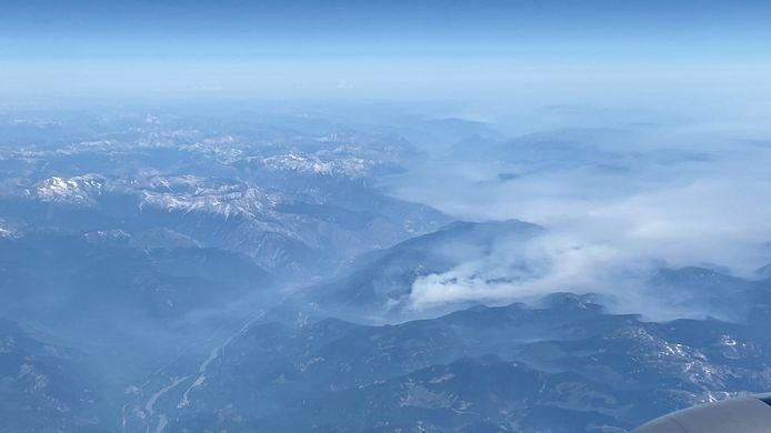 Rook van een bosbrand in de buurt van Logan Lake, British Columbia, Canada.
