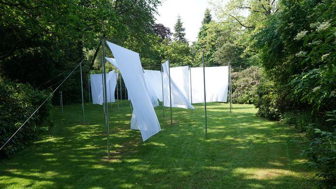 Frederic Geurts koos voor een installatie van witte lakens die bewegen met de wind.